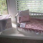 Бело-розовый комплект постели и вязанное одеяло своими руками