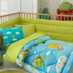 Детская кроватка с постельным с облаками