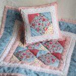 Подушка и одеяло в стиле пэчворк для кукольной кровати