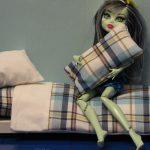 Постельное в клетку для куклы Монстер Хай