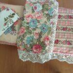 Постельный комплект с цветами для кукольной кроватки