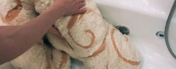 Скручиваем одеяло валиком