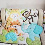 Теплое одеяло со зверятами в манеж