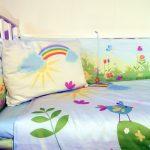 Яркая детская постелька со всеми цветами радуги