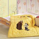 Желтое одеяло среднихх размеров для школьника