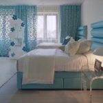 Ажурные голубые шторы для уютной спальни