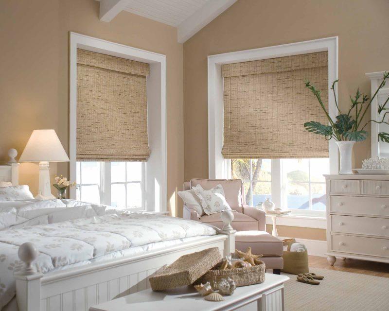 Интерьер спальни с бамбуковыми шторами