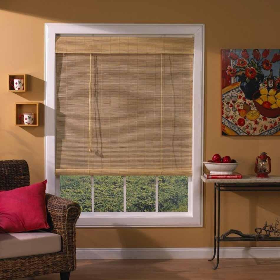 Окно в гостиной с рулонной шторой из бамбука