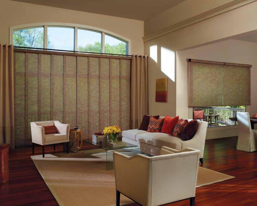 Интерьер гостиной с бамбуковыми шторами