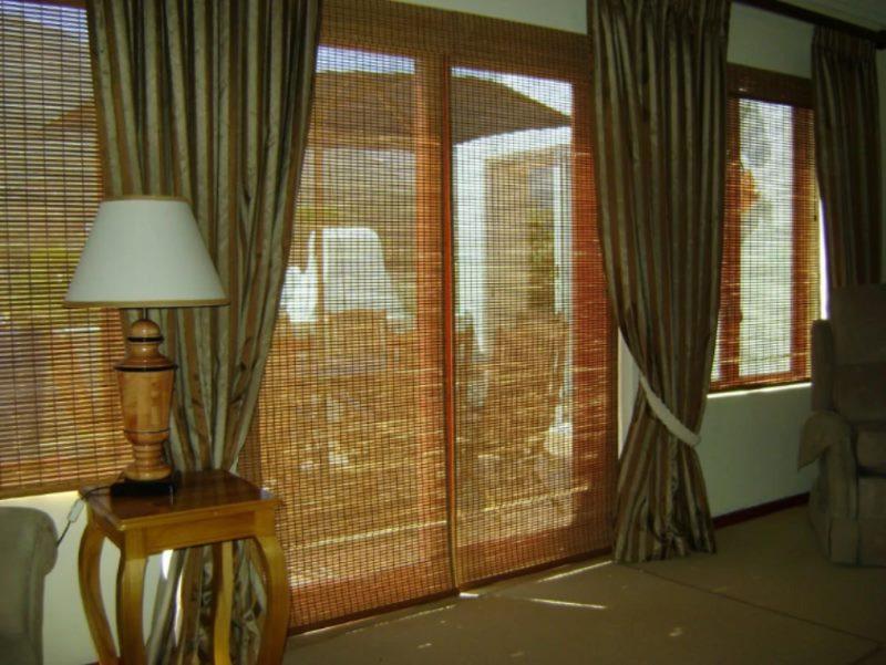 Двери с бамбуковыми шторами в гостиной частного дома