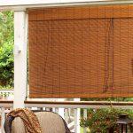 Рулонная штора из бамбука на террасе загородного дома