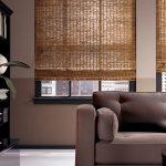 Серый диван в гостиной с двумя окнами