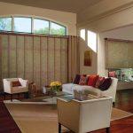 Бамбуковые шторы в дизайне гостиной