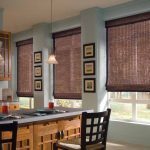 Интерьер кухни-гостиной с тремя окнами