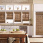 Оформление окон на кухне бамбуковыми шторами