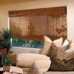 Рулонная бамбуковая штора на окне гостиной