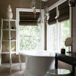 Дизайн ванной комнаты с двумя окнами