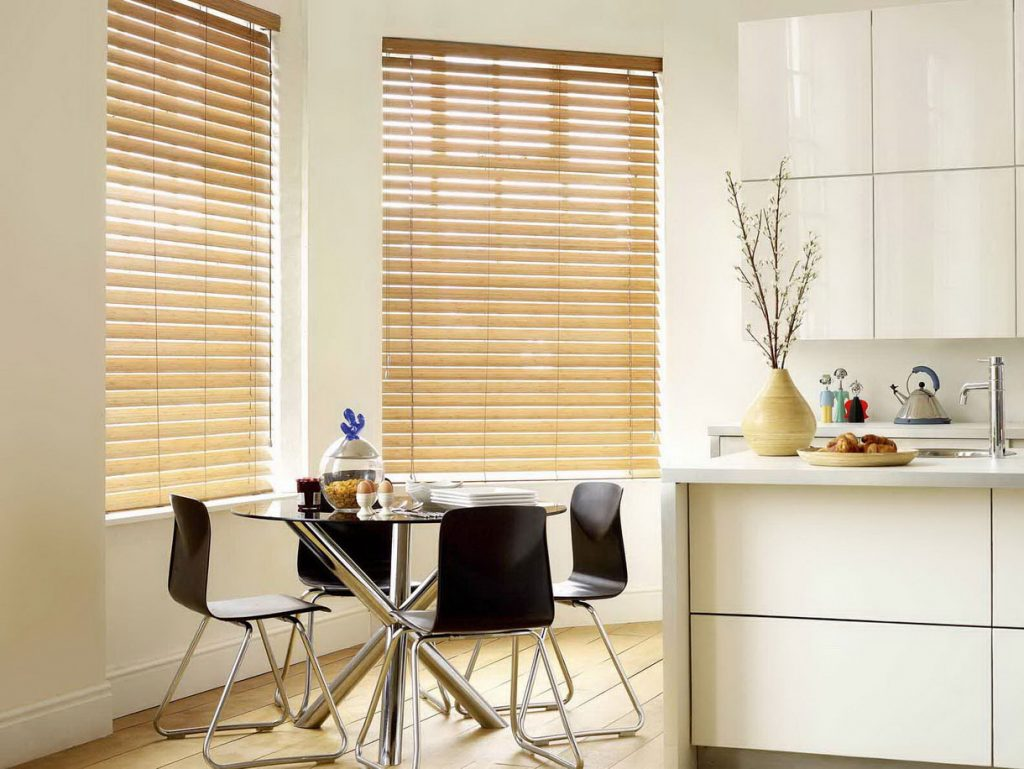 Бамбуковые шторы в кухне стиля минимализма
