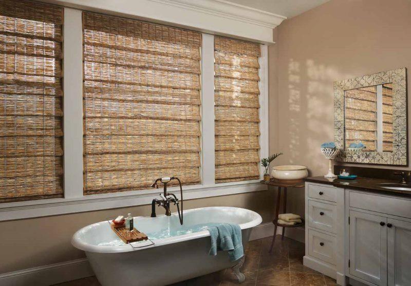 Интерьер ванной комнаты с бамбуковыми шторами