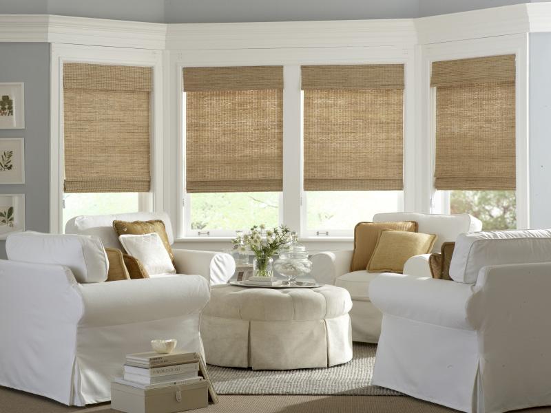Белая мебель в комнате с бамбуковыми шторами