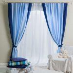 Белая тюль и сине-голубые шторы для детской комнаты