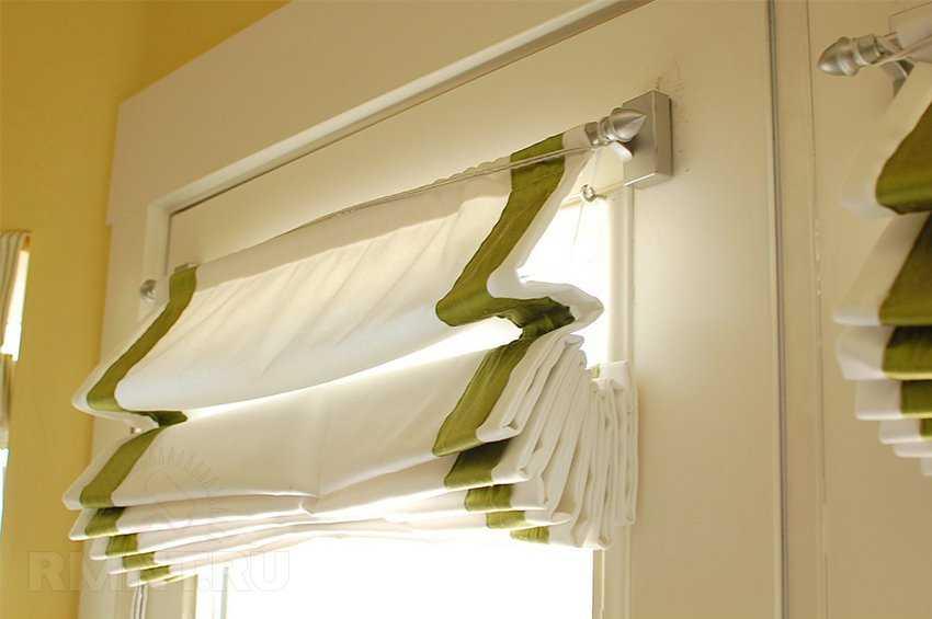 Белая римская штора с зелеными полосками
