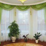 Бело-зеленые шторы для круглого окна