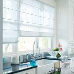 Белоснежные римские шторы на кухне
