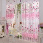 Белые шторы с розовыми тюльпанами смотрятся необычно