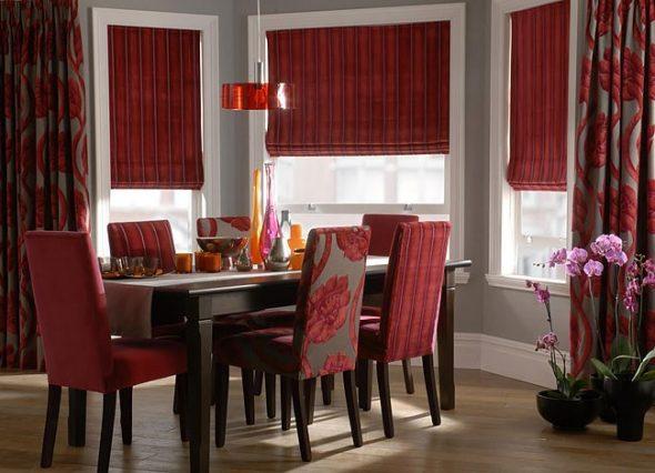 Бордовые шторы, гарнитур и аксессуары