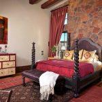 Бордовые шторы и покрывало для необычной спальни