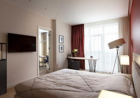Бордовые шторы можно применять только для просторных помещений