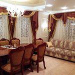 Бордовые шторы с ламбрекеном для шикарной столовой