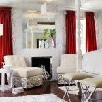 Бордовые шторы в белой гостиной
