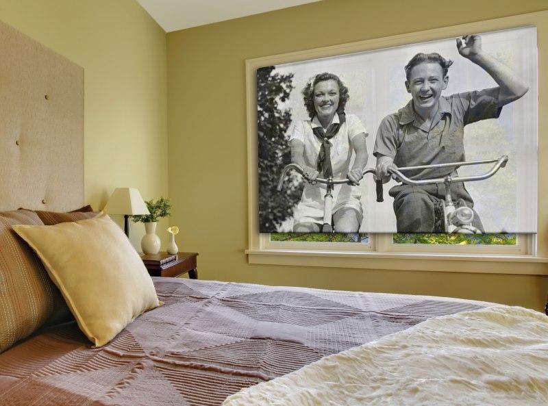 Монохромная фотография на рулонной шторе в спальне