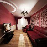 Длинная гостиная в бордовом цвете с бордовыми шторами