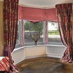 Длинные бордовые шторы с узором для эркера в спальню