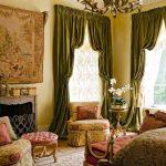 Для спальной комнаты используются темно-оливковые шторы со сложной драпировкой