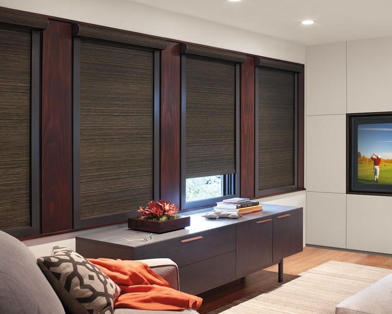Дизайн зала с кассетными шторами на окнах