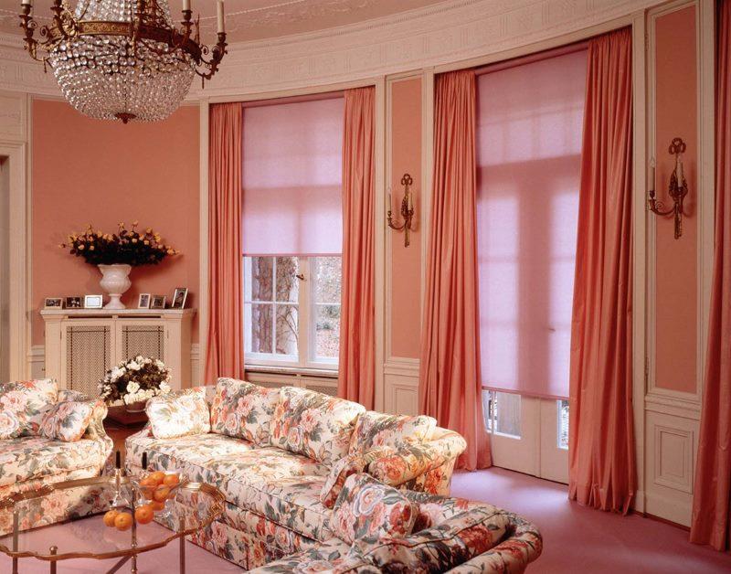 Гостиная в стиле классики с рулонными шторами на окнах