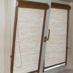 Коричневые кассетные шторы на белом окне