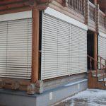 Терраса бревенчатого дома с защитными жалюзи