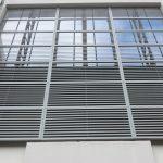 металлические рафшторы на окне производственного здания