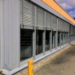 Модульное здание с защитными жалюзи на окнах