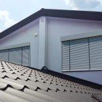 Скат крыши с металлочерепицей коричневого цвета