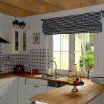 Римская штора в мелкую клетку на кухне с деревянным потолком