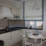 Интерьер кухни в классическом стиле с небольшим окном