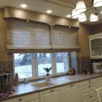 Классическая кухня с ламбрекеном на окне