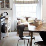 Небольшой диванчик перед окном кухни