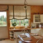 Римские шторы на окне деревянного дома